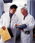 Medici che guardano le cartelle